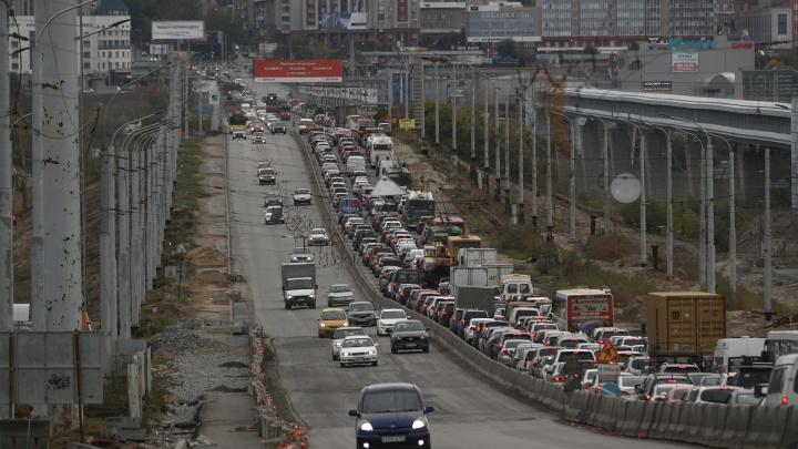 В Новосибирске ремонтируют Октябрьский мост — показываем 10 фото с огромной пробкой