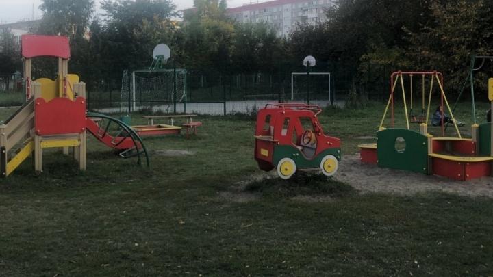 В Новосибирске на детской площадке нашли повешенного мужчину