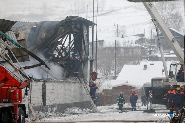 Пожару присвоен 3-й ранг опасности, к 19:00 на нем уже работали 170 человек