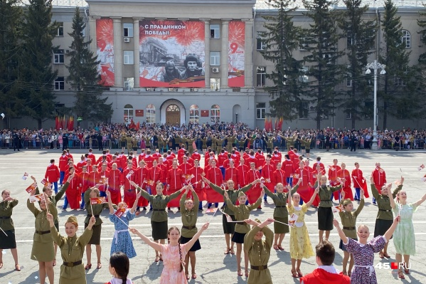 В Кургане проводят праздничные мероприятия в честь Дня Победы. Одно из самых масштабных состоялось утром на центральной площади