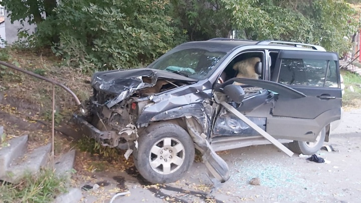 В Новосибирске внедорожник пробил металлическое ограждение — водитель в больнице