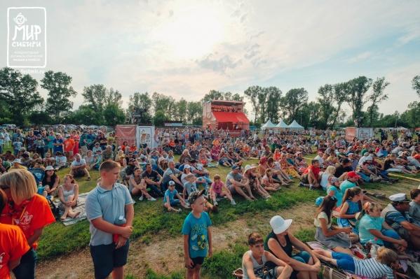 Ежегодно фестиваль собирал несколько тысяч людей, которые жили в палатках, домиках и гостиницах Шушенского