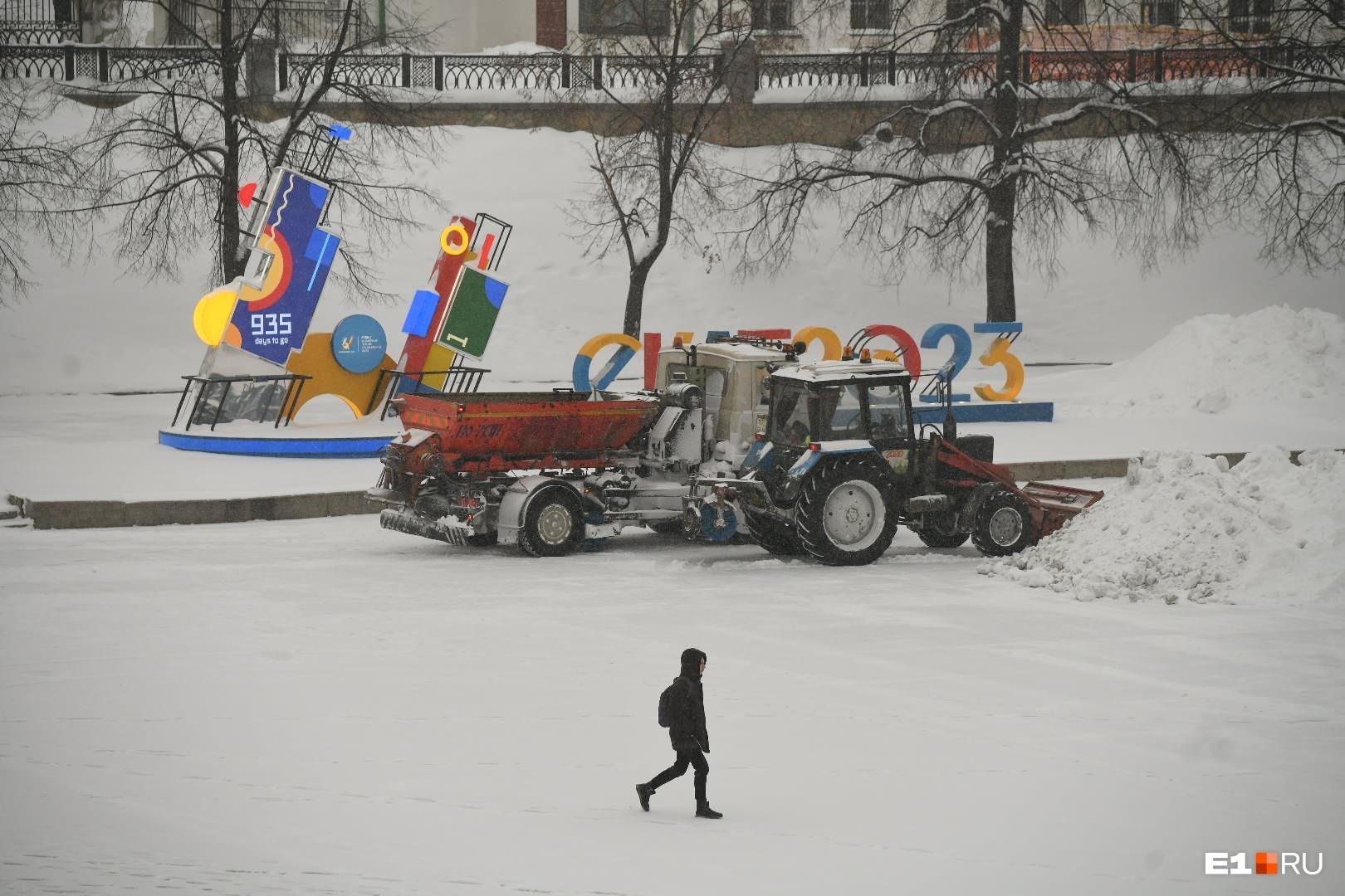 Уборка снега на Плотинке