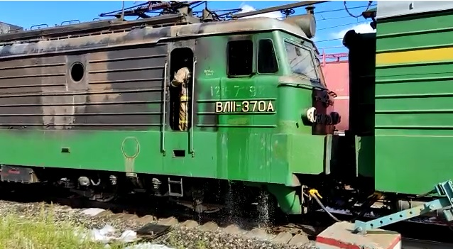 Под Екатеринбургом пожарные потушили загоревшийся электровоз: видео