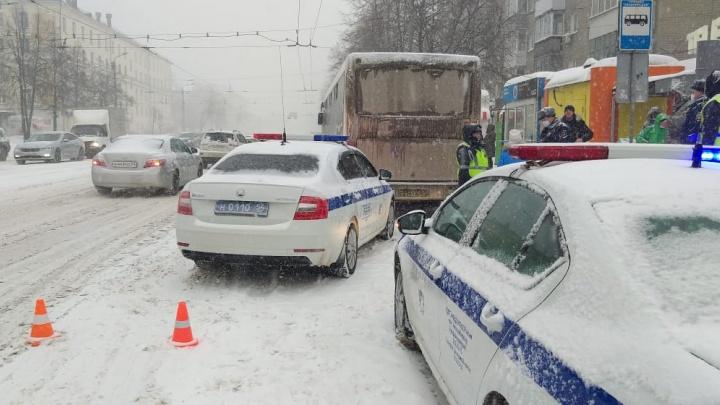 Возле остановки на БогданаХмельницкого автобус насмерть задавил пешехода — он упал под колеса
