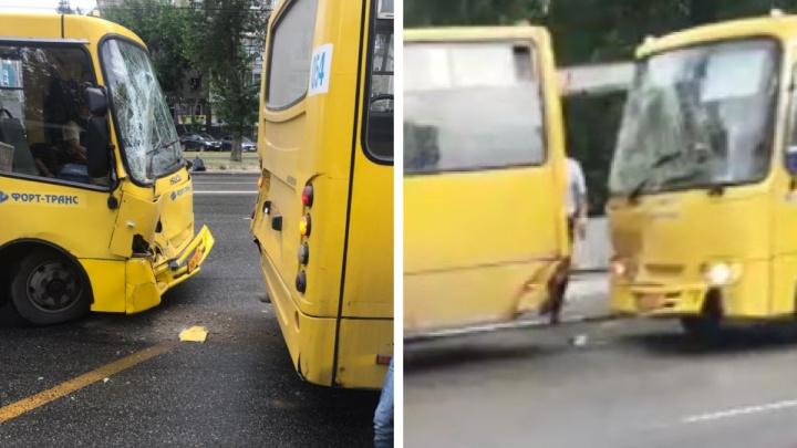 На остановке в Екатеринбурге столкнулись два автобуса. Есть пострадавшие