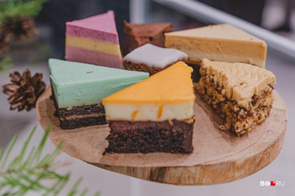 Среди этих тортов есть хвойный, «Пермь в Москве», шоколадный с перцем и сделанный в память о художнике Александре Жуневе