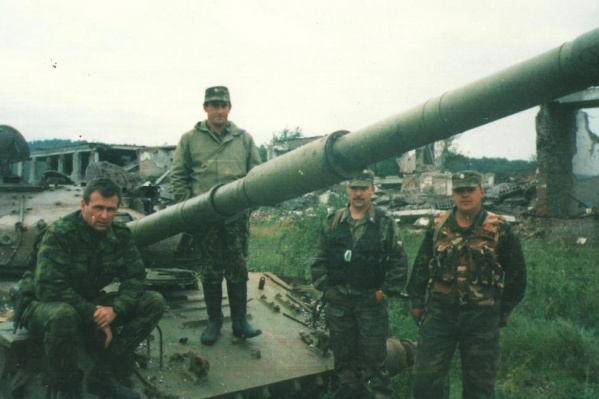 Роман Шадрин (второй справа) участвовал в нескольких военных кампаниях, начиная с первой чеченской войны
