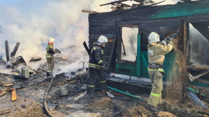 В центре города загорелся частный дом: шесть фотографий о том, как это произошло