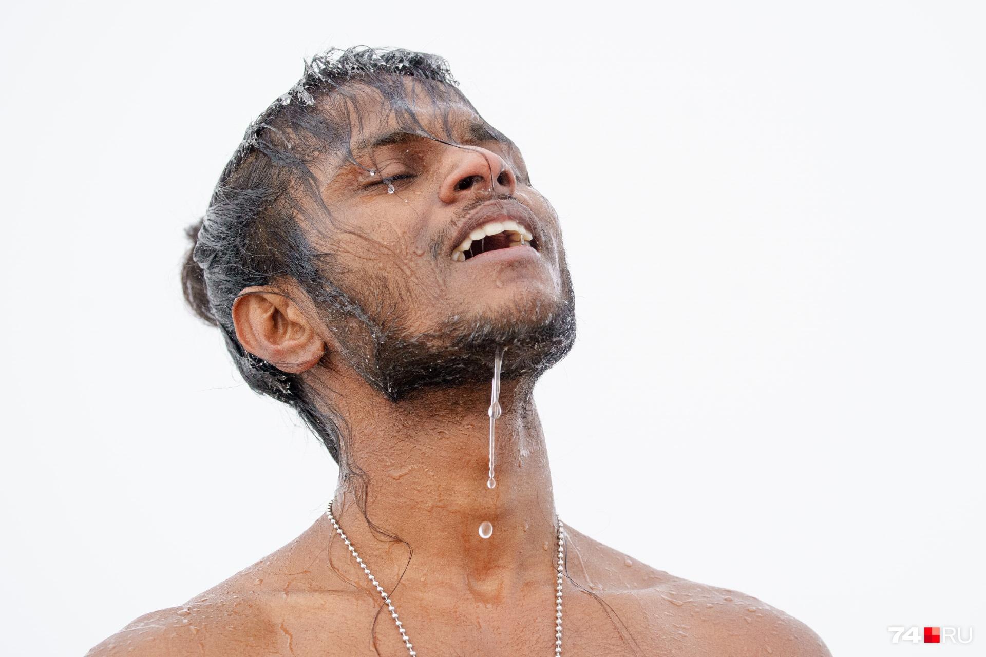 По счастливому лицу понятно, крещенские воды действуют благотворно, главное — правильный настрой