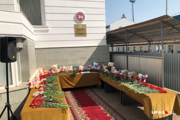 Главной новостью в стране стал теракт в казанской гимназии. Уфимцы почтили память погибших у представительства республики