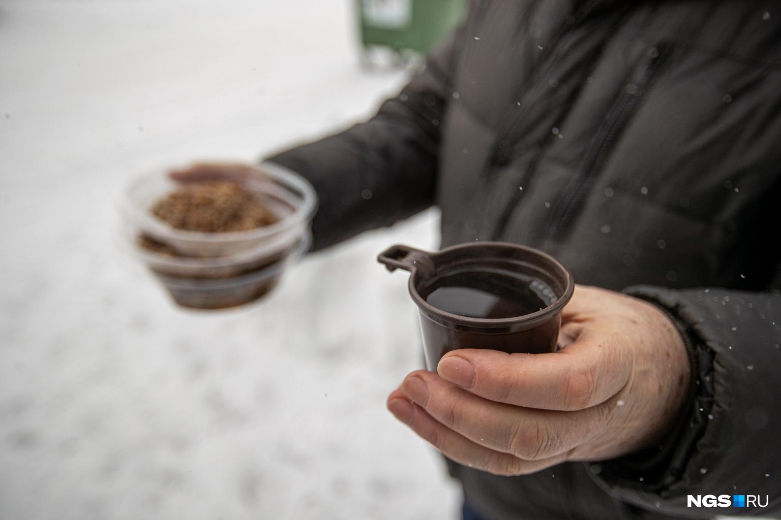 Людям выдавали порцию горячего чая и гречки