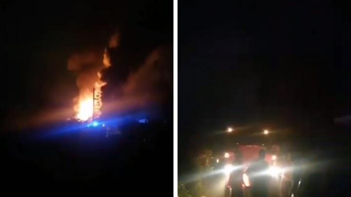 В Новосибирске горит дачное товарищество — рядом проходит газовая линия