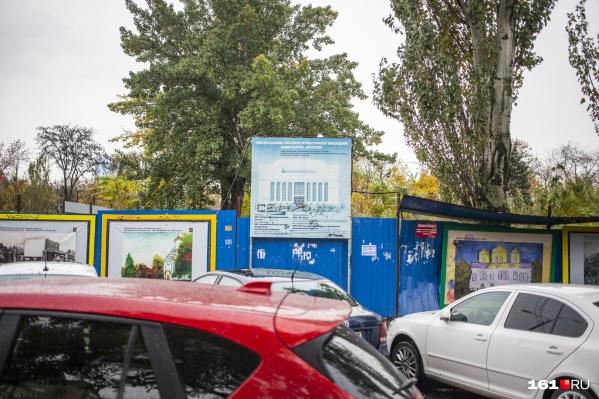 Судьбу территории бывшего кинотеатра «Россия» решают много лет