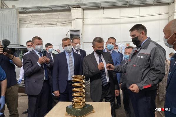 Виктору Зубкову подарили сувенир с пружинно-навивочного завода в селе Мартыновка