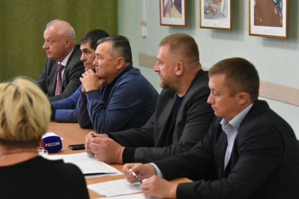 В собрании участвовали местные жители, глава муниципалитета и представители профильных министерств региона