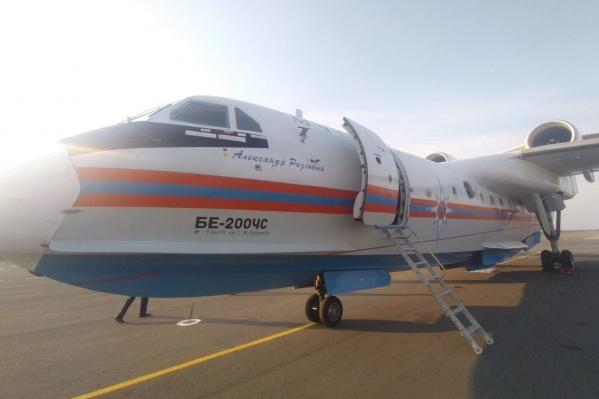 Первыми к тушению пожара привлекли самолет Бе-200 и вертолет Ми-8