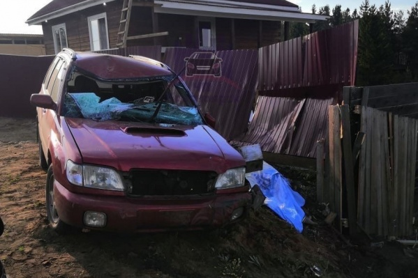 Машина влетела в чей-то забор