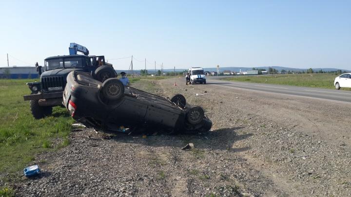 На трассе на Урале водитель «Лады-Приоры» перевернулся и погиб. Он ездил непристегнутым и без прав