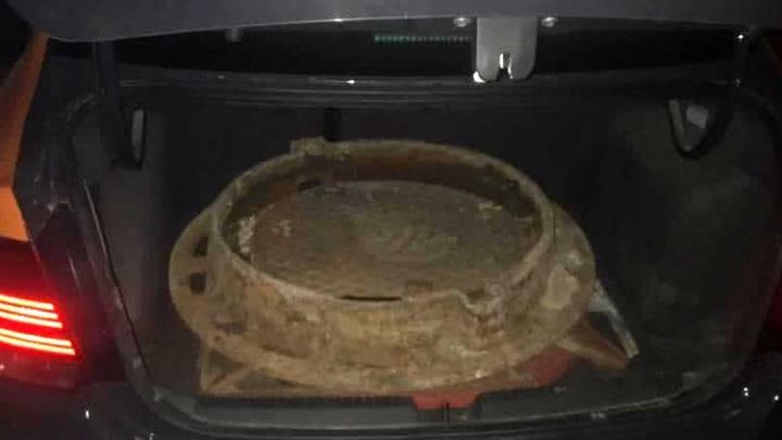 На Вторчермете ночью поймали мужчину, который вез в багажнике крышки канализационных люков