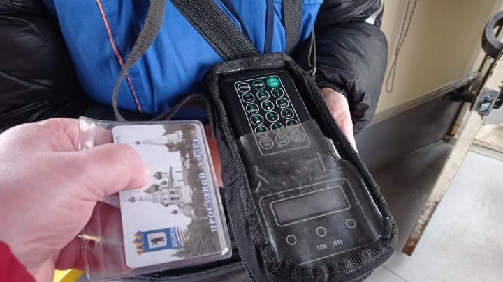 «Ваша карта в черном списке»: в мэрии объяснили, почему в автобусе возникают проблемы с бесконтактной оплатой