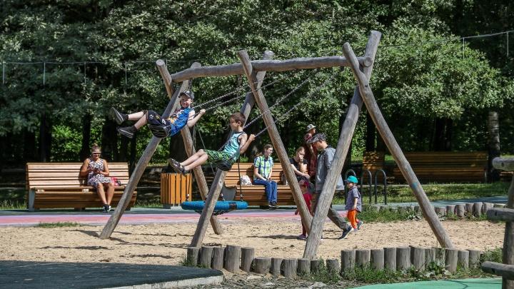 Посетители просят больше столов для тенниса и лучше убирать. Гуляем по парку «Дубки» через два года после капремонта
