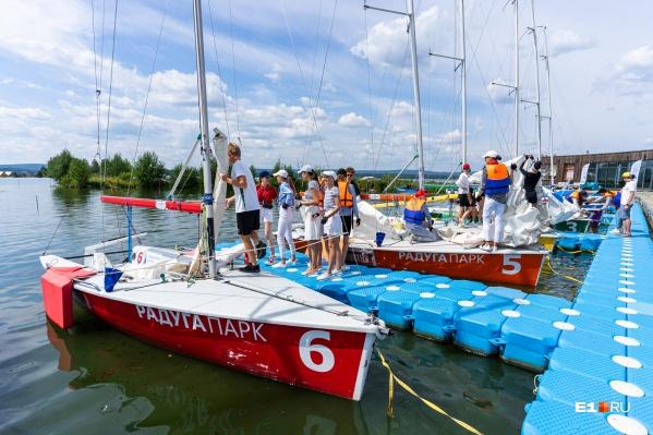 Участниц разделили на четыре команды и отправили покорять озеро