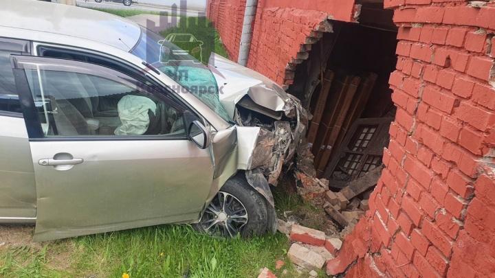 «Потерял сознание»: молодой парень на машине пробил стену на Брянской