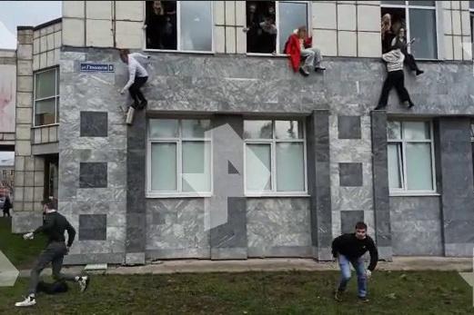 Пытаясь спастись, студенты выпрыгивали из окон