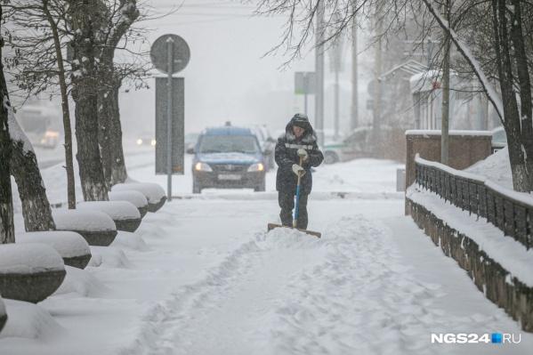 С количеством выпавшего снега в Красноярске едва справляются