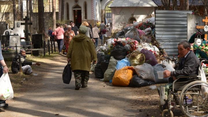 Екатеринбуржцы отправились на кладбища в родительский день: где будут пробки и как ходят автобусы