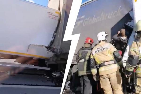 Водителя из кабины вытаскивали сотрудники МЧС