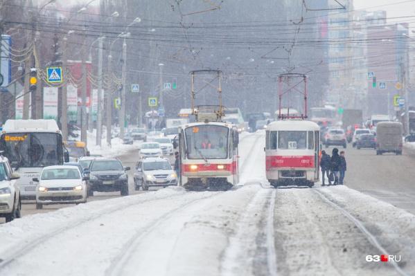 В Самаре на многих улицах рельсы разместили посреди дороги
