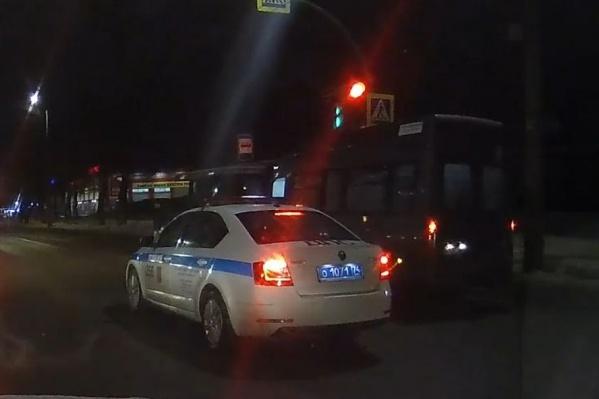 Автомобиль ДПС стоял рядом с маршруткой на красный. Потом маршрутка поехала...