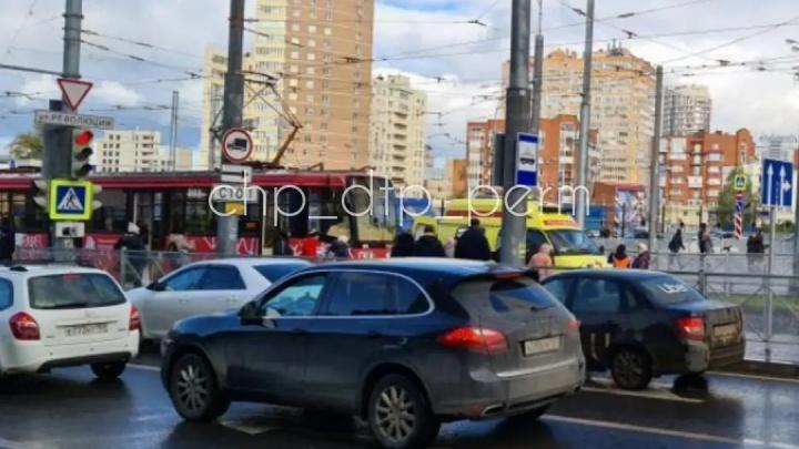 В Перми трамвай сбил двух женщин — они переходили пути на красный свет