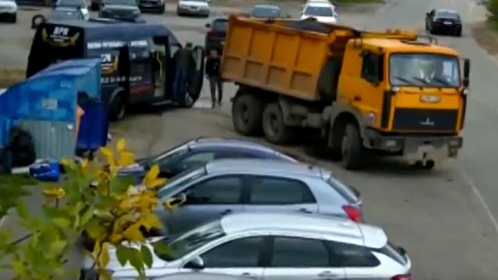 В Ярославле сотрудники ритуальной службы выкинули цинковый гроб в помойку у жилого дома