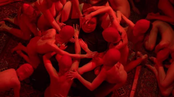 Группа «Курара» выпустила клип-оргию, ради которого раздели четыре десятка девушек
