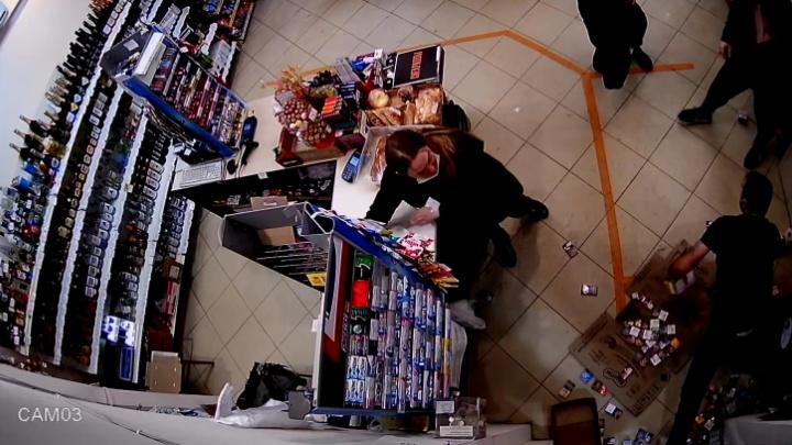 В Краснодаре грабитель магазина оставил продавцам паспорт