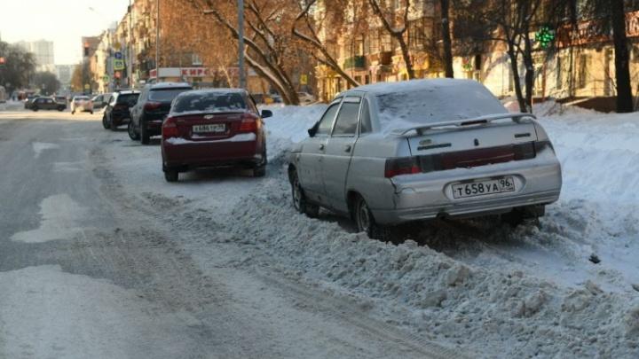 Виноваты водители и погода: в мэрии Екатеринбурга объяснили, почему не успевают убирать снег