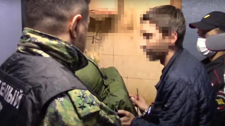 Левой рукой держал, а правой наносил удары: кузбассовец показал на видео, как совершил тройное убийство