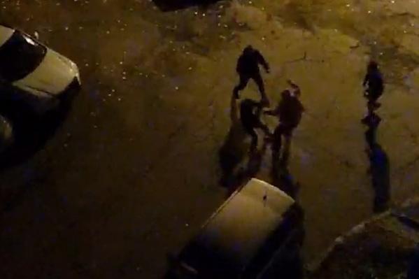 Молодые люди громко включали музыку в машине ночью, и терпение одного из соседей лопнуло