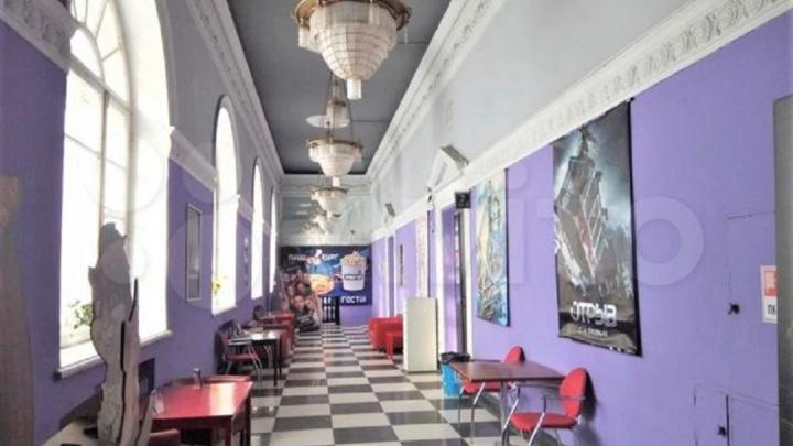 Ресторан или медицинский центр: на Эльмаше продают помещения в здании кинотеатра «Заря»