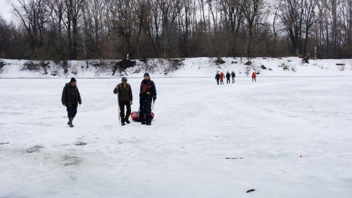 В Уфе собака провалилась под лед на глазах хозяина. Момент спасения животного попал на видео