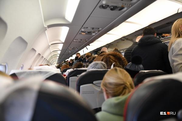 Всех пассажиров вывели из самолета