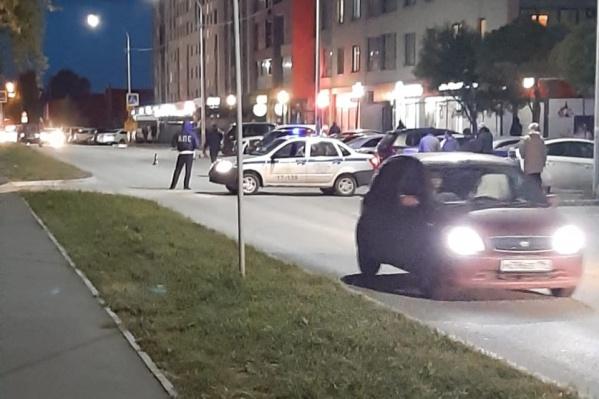Сотрудники ГИБДД перекрыли улицу