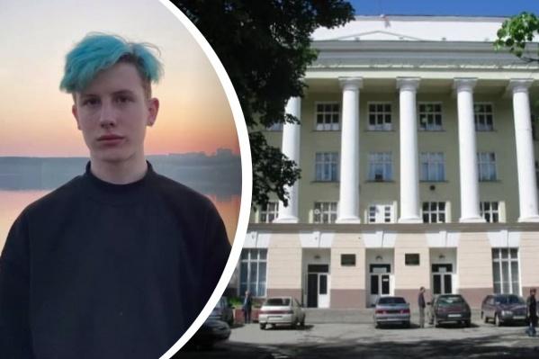 За дипломную работу Роман получил «отлично», но диплом у него все равно будет синий