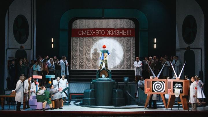 «Футурама» и буффонада: о премьере «Любви к трем апельсинам» в пермском Оперном и о том, что там делает Бэтмен