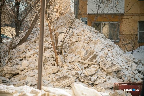 Такая гора снега скопилась в Заельцовском районе на улице Кропоткина