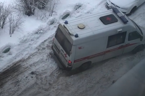 Вытащить автомобиль помогли жители дома, возле которого он застрял