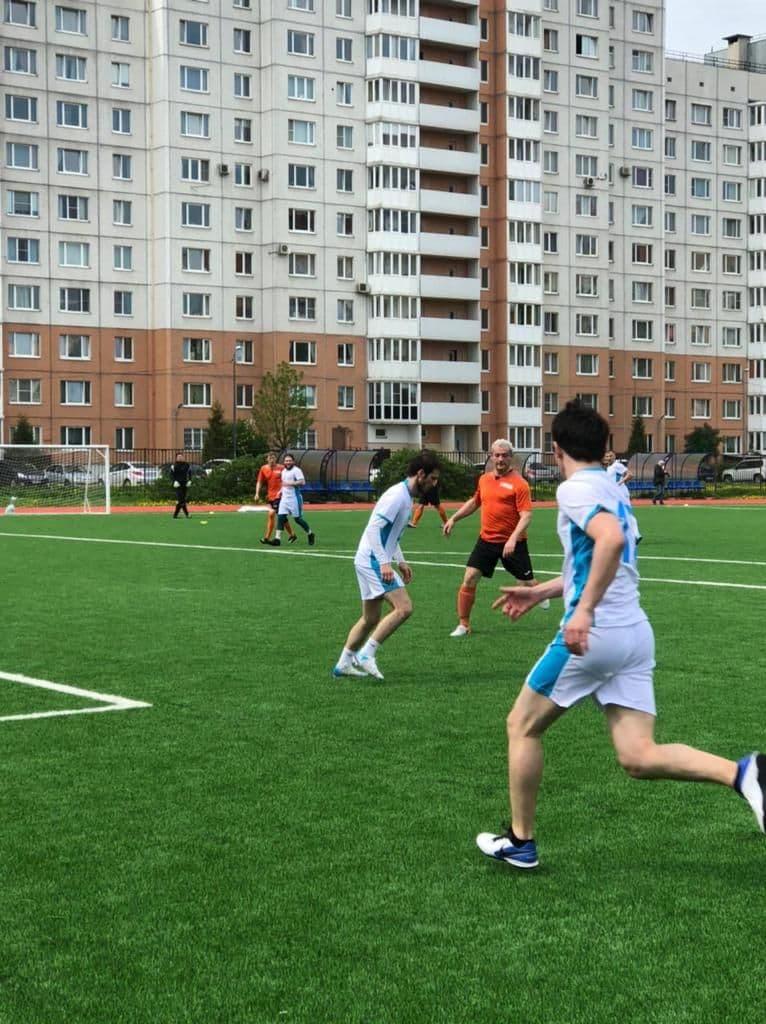 С одышкой после ковида. Врачи Петербурга играют в футбол